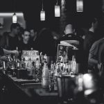 Waarom is werken achter de bar zo gezellig en leuk